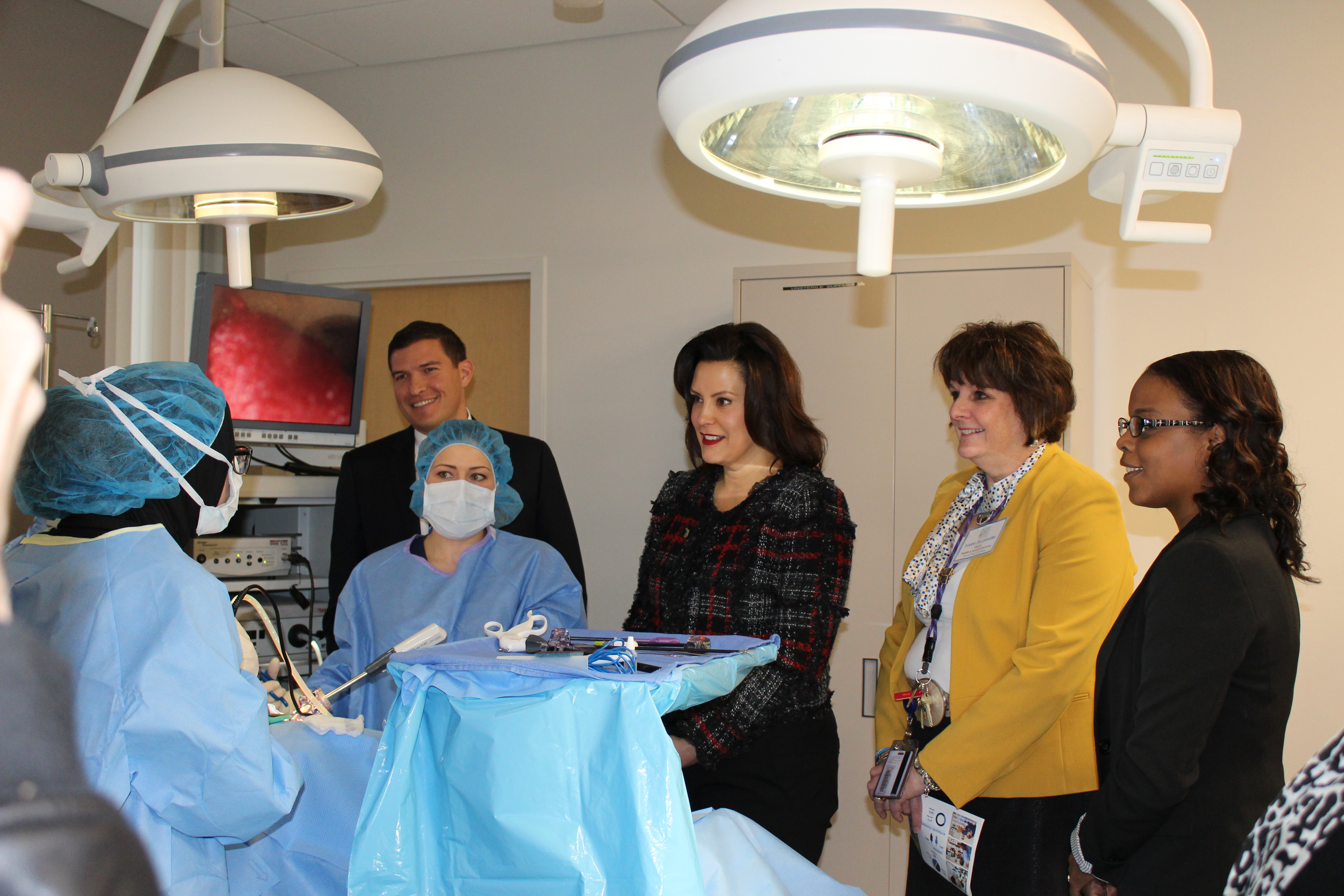 Henry Ford College President Russell Kavalhuna with Gov. Whitmer (middle), Susan Shunkwiler, Dean of the School of Health and Human Services and two students demonstrating a lab in the Surgical Technology program. Photo by Fatima Nkata