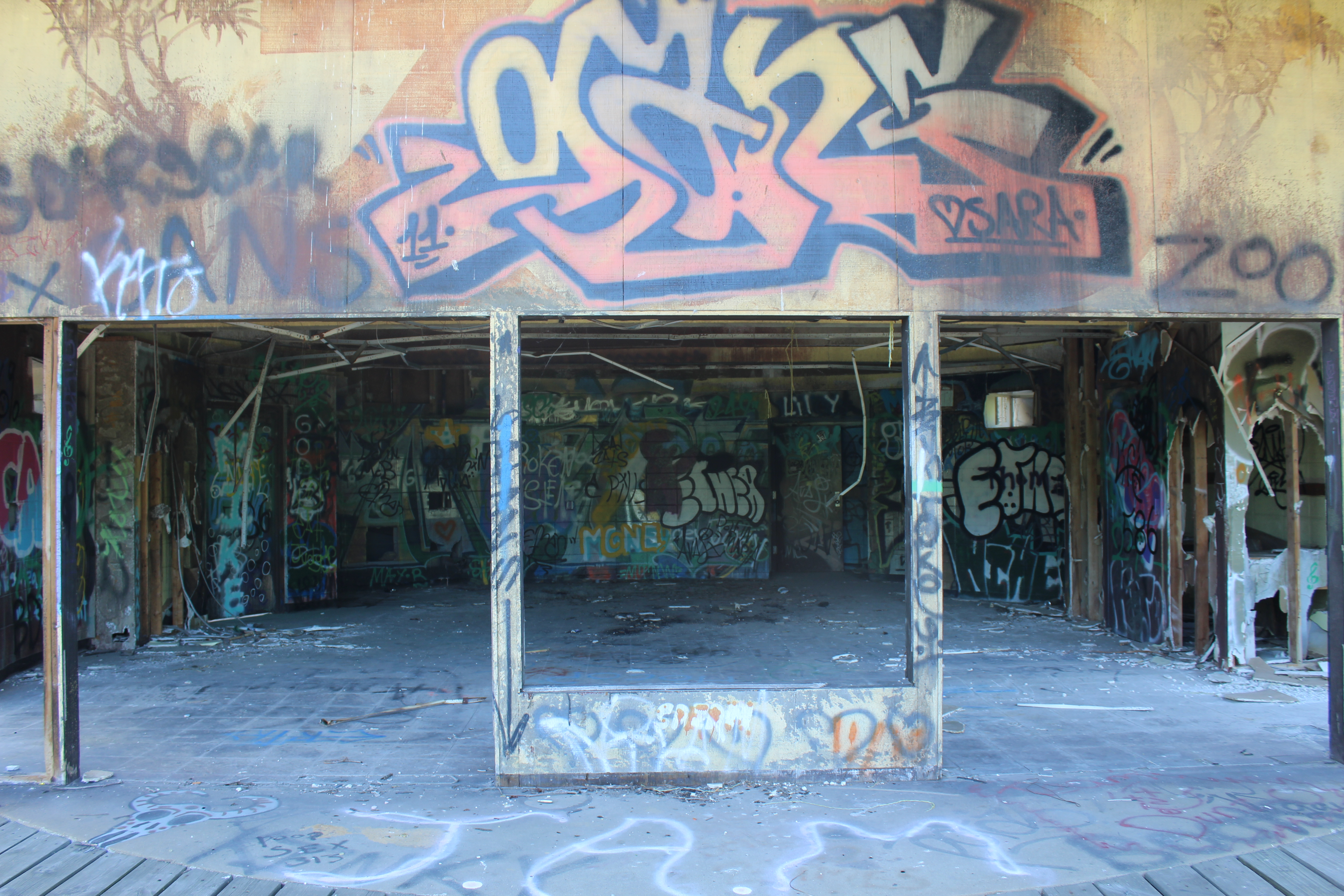 Photo of abandoned entrance area of Belle Isle Zoo with graffiti